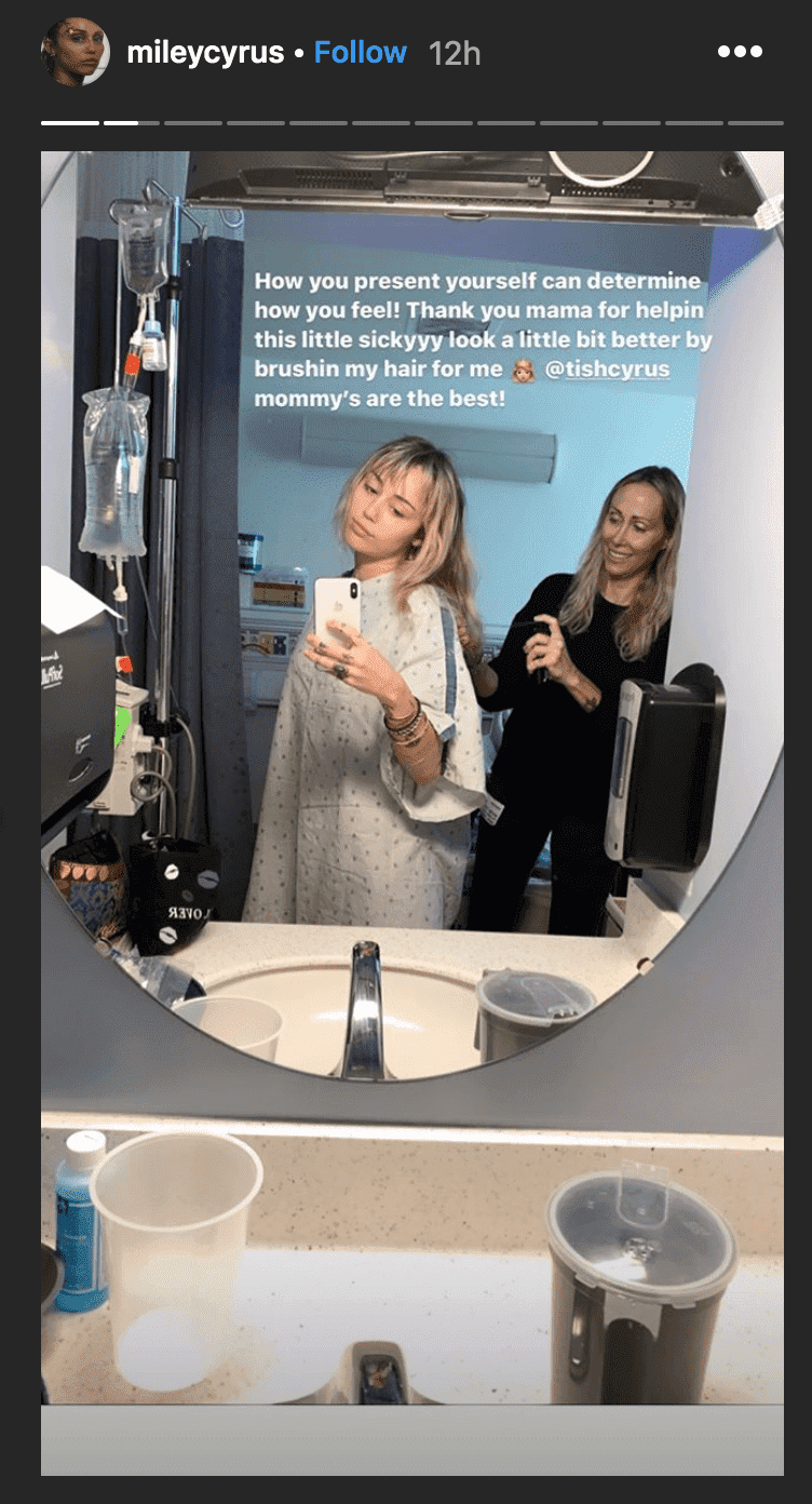 As she's taken in for tonsillitis, Miley Cyrus takes mirror selfie with her mother, Tish, from her hospital room | Source: instagram.com/mileycyrus