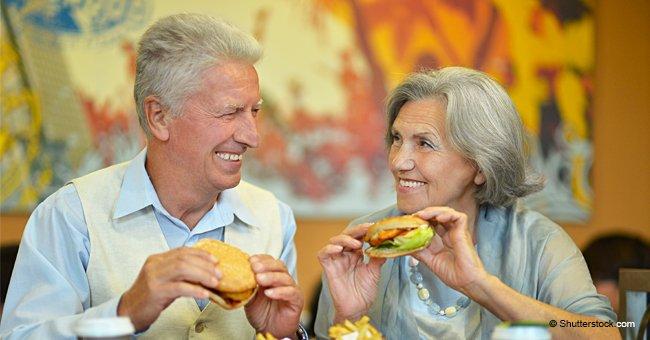 Un couple de personnes âgées arrive à McDonalds et commande seulement un repas pour deux