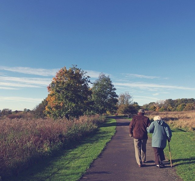 Elderly couple taking a walk | Photo: Pixabay