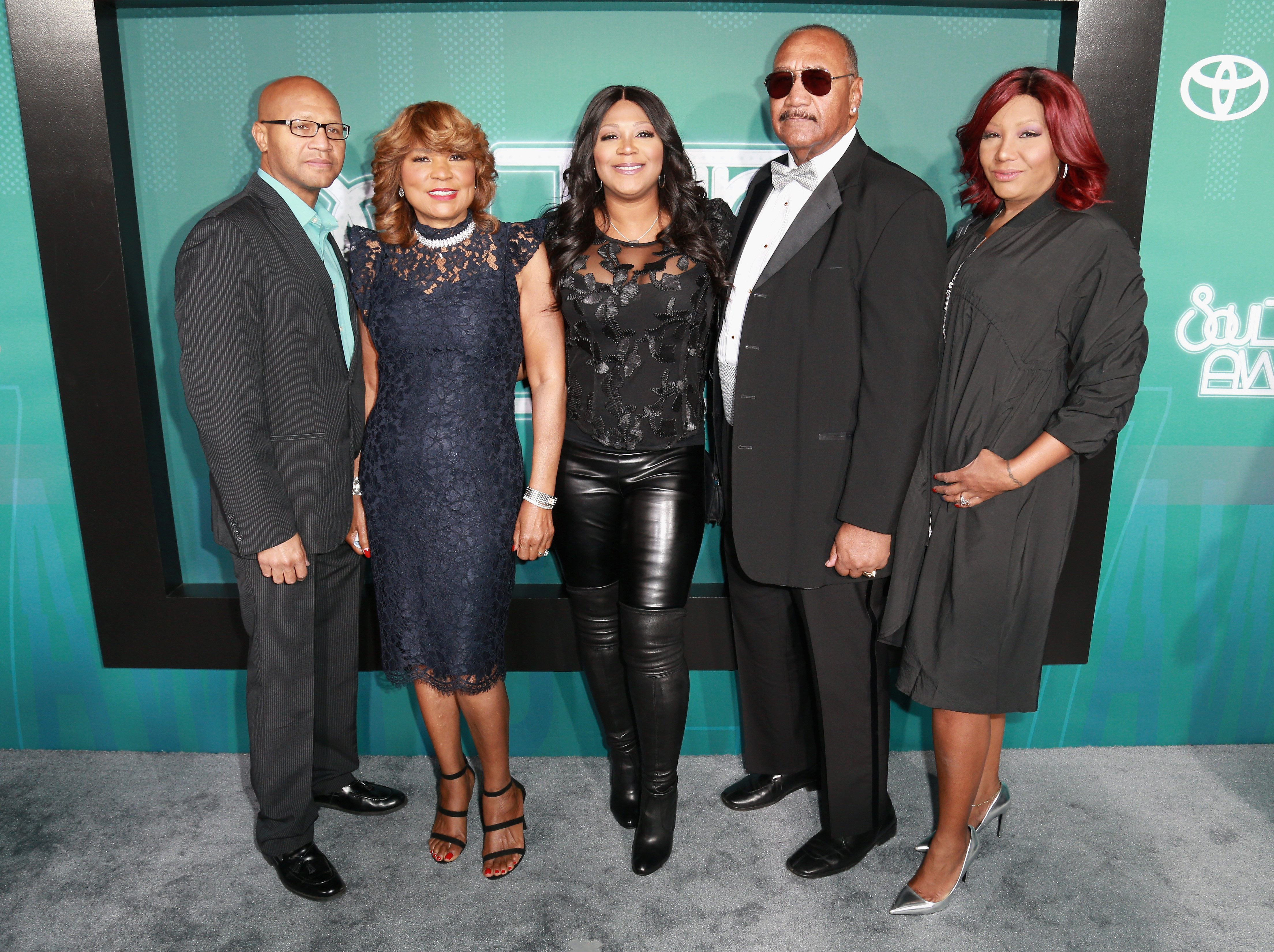 (L-R)Michael Conrad Braxton Jr., Evelyn Braxton, Trina Braxton, Michael Conrad Braxton, & Traci Braxton at the Soul Train Awards in Las Vegas on Nov. 5, 2017. | Photo: Getty Images