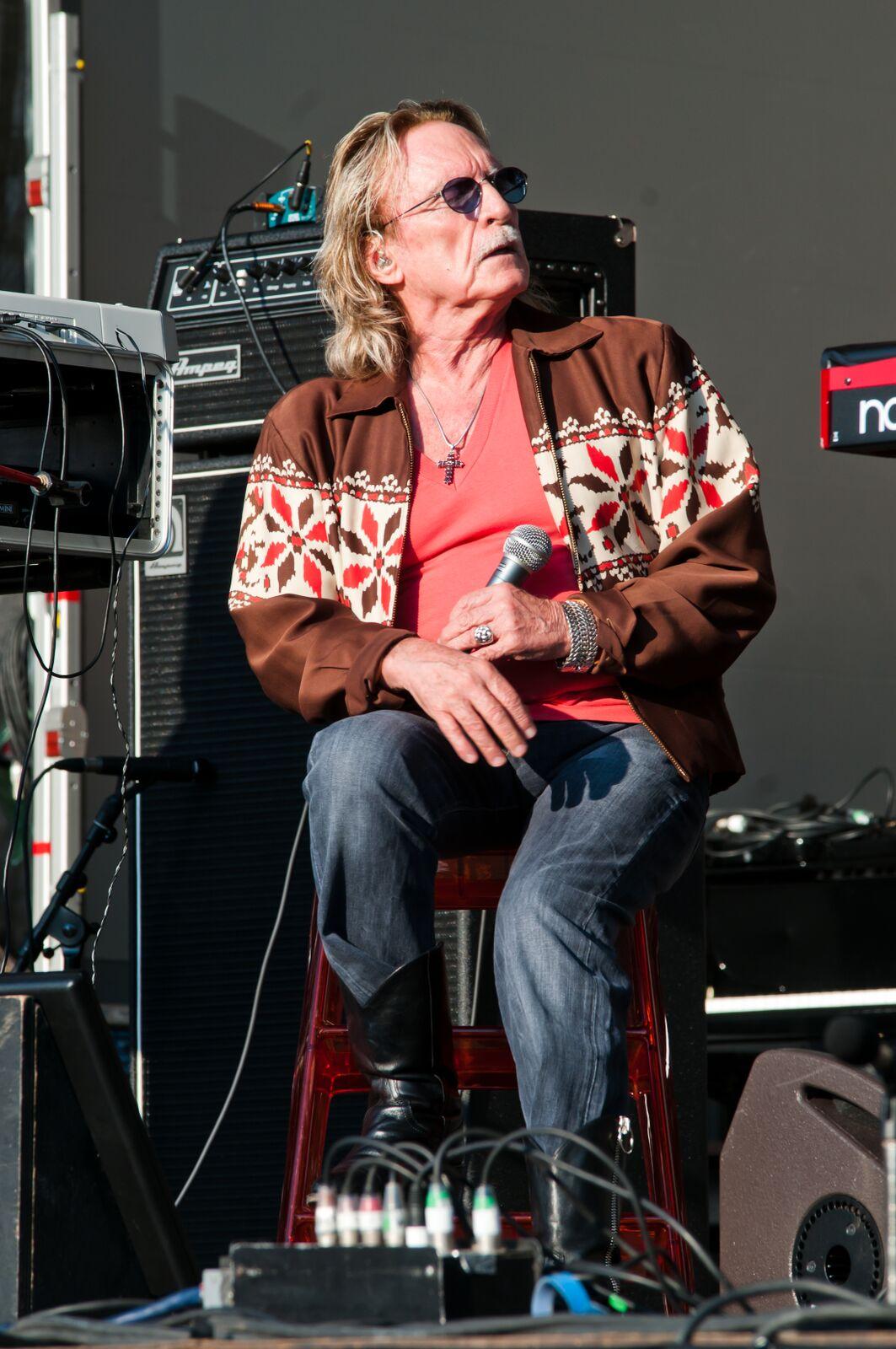    Le chanteur Christophe avec un micro dans sa main. | Photo : GettyImage