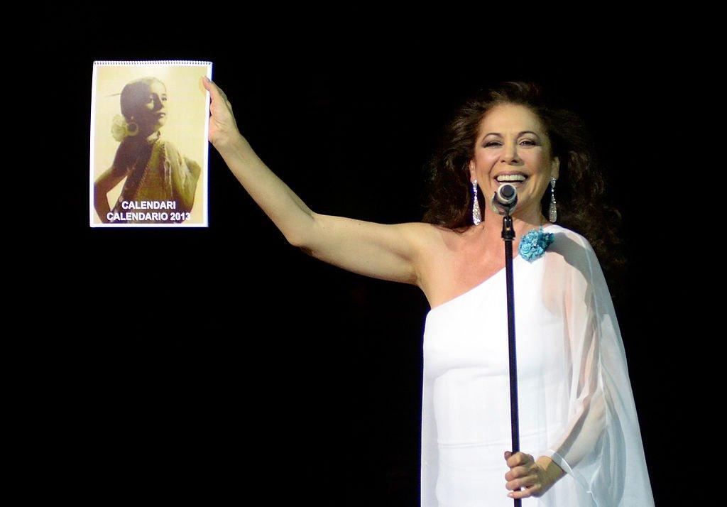 Isabel Pantoja saluda en el escenario.   Foto: Getty Images