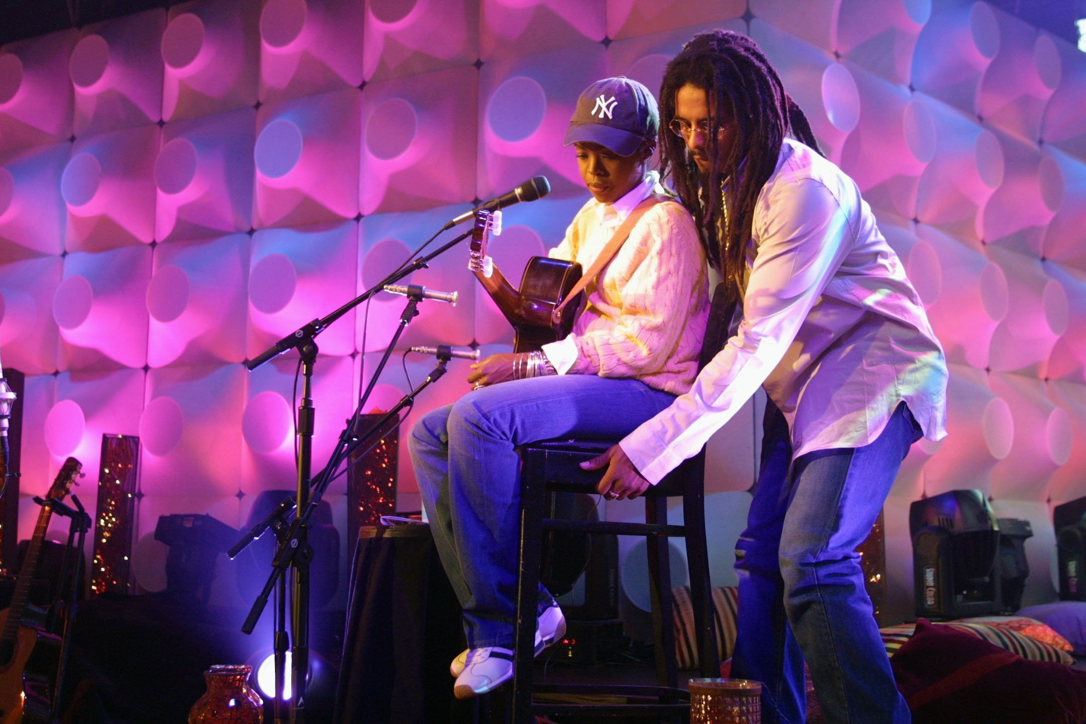 Rohan Marley helping out Lauryn Hill during rehearsals for 'MTV Unplugged' at the MTV Studios in New York City on Jul. 21, 2001. | Photo: Getty Images