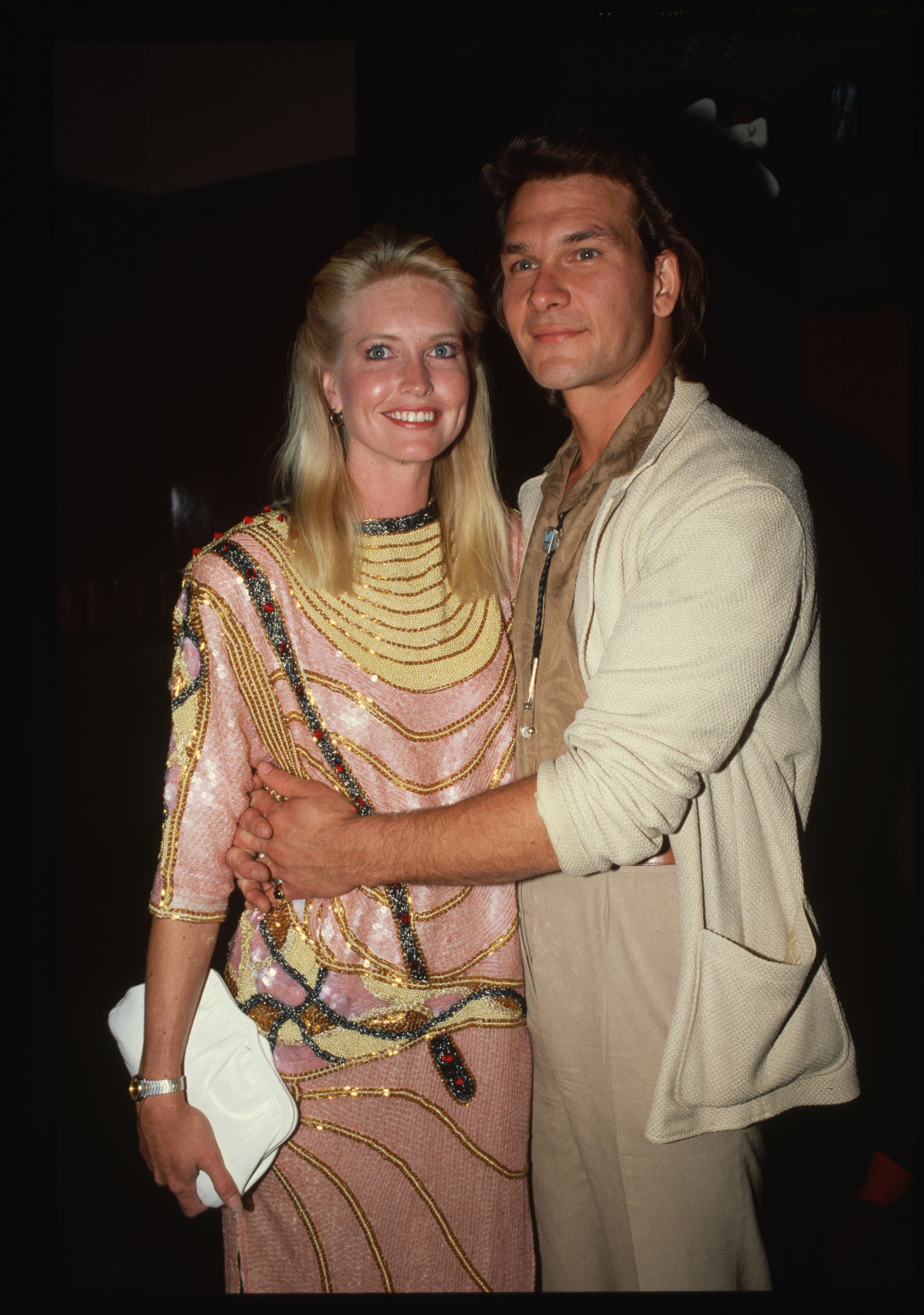 Patrick Swayze embraces his wife Lisa Niemi, 1987 | Photo: GettyImages