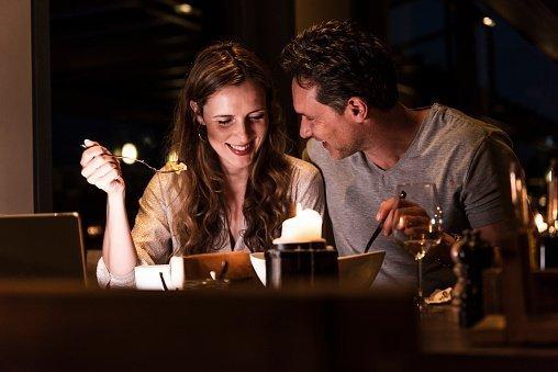 Paar am Tisch | Quelle: Getty Images