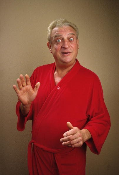 Rodney Dangerfield poses during a 1987 Beverly Hills, California photo portrait session | Photo: Getty Images