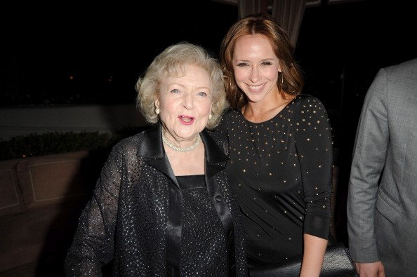 Betty White and Jennifer Love Hewitt at Sunset Tower on January 10, 2011 in West Hollywood, California. | Photo: Getty Images