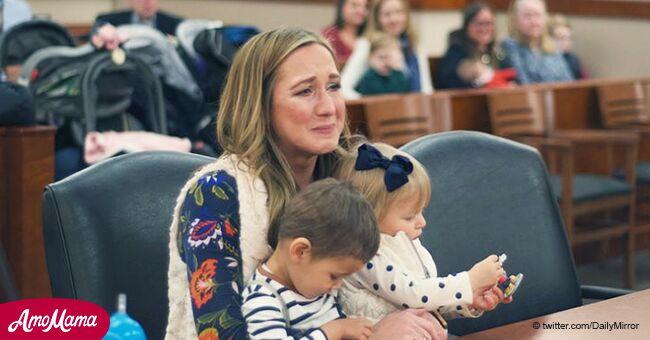 Une mère célibataire abasourdie lorsqu'elle découvre que ses deux enfants adoptés sont en fait un frère et une soeur