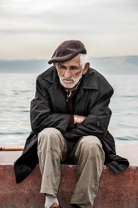 Un vieil homme en train de penser. | Photo : Pixabay