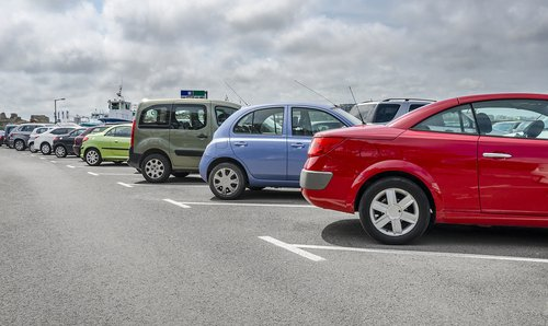 Voitures garées dans un parking | Photo : Shutterstock