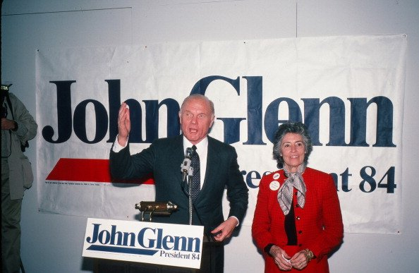 John Glenn, with his wife Annie by his side, campaigns for the Democratic Presidential nomination, Mississippi, in March 1984. | Photo: Getty Images