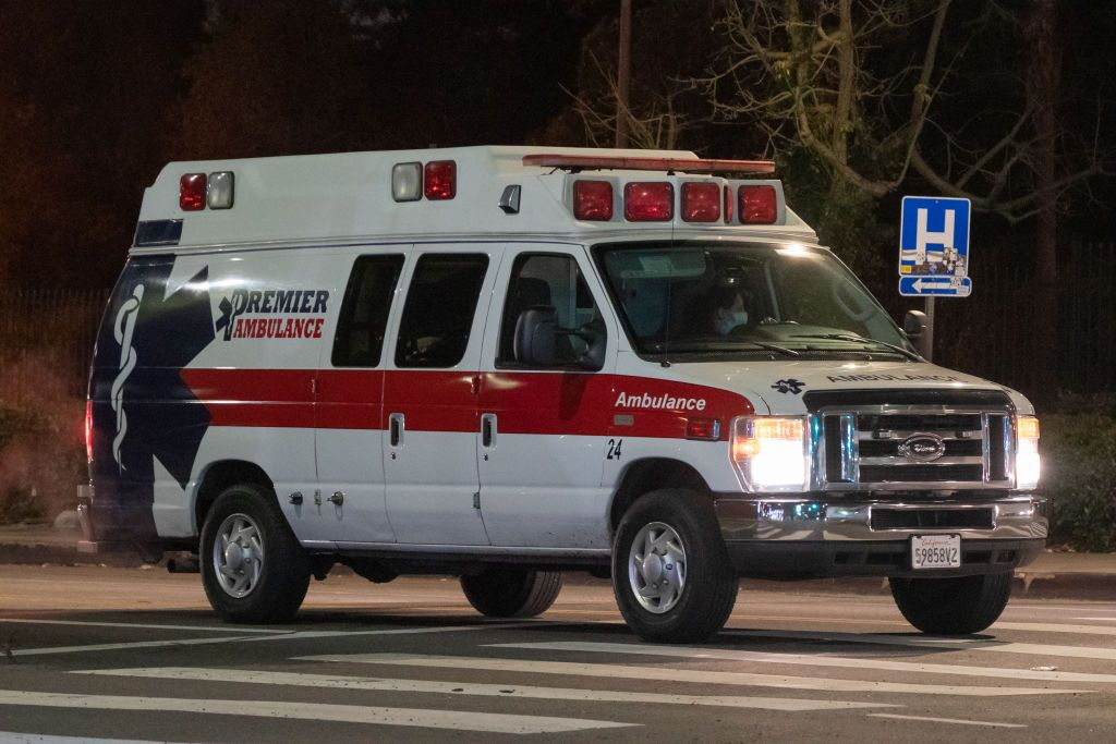 An ambulance drives near the Keck Medicine of USC hospital in Los Angeles, California, U.S., on Wednesday, Jan. 6, 2021. California reported 459 daily virus deaths, the second-highest tally since the pandemic began, as the most-populous state continues to battle a surge of cases that has strained health-care facilities.   Foto von: Bing Guan/Bloomberg via Getty Images