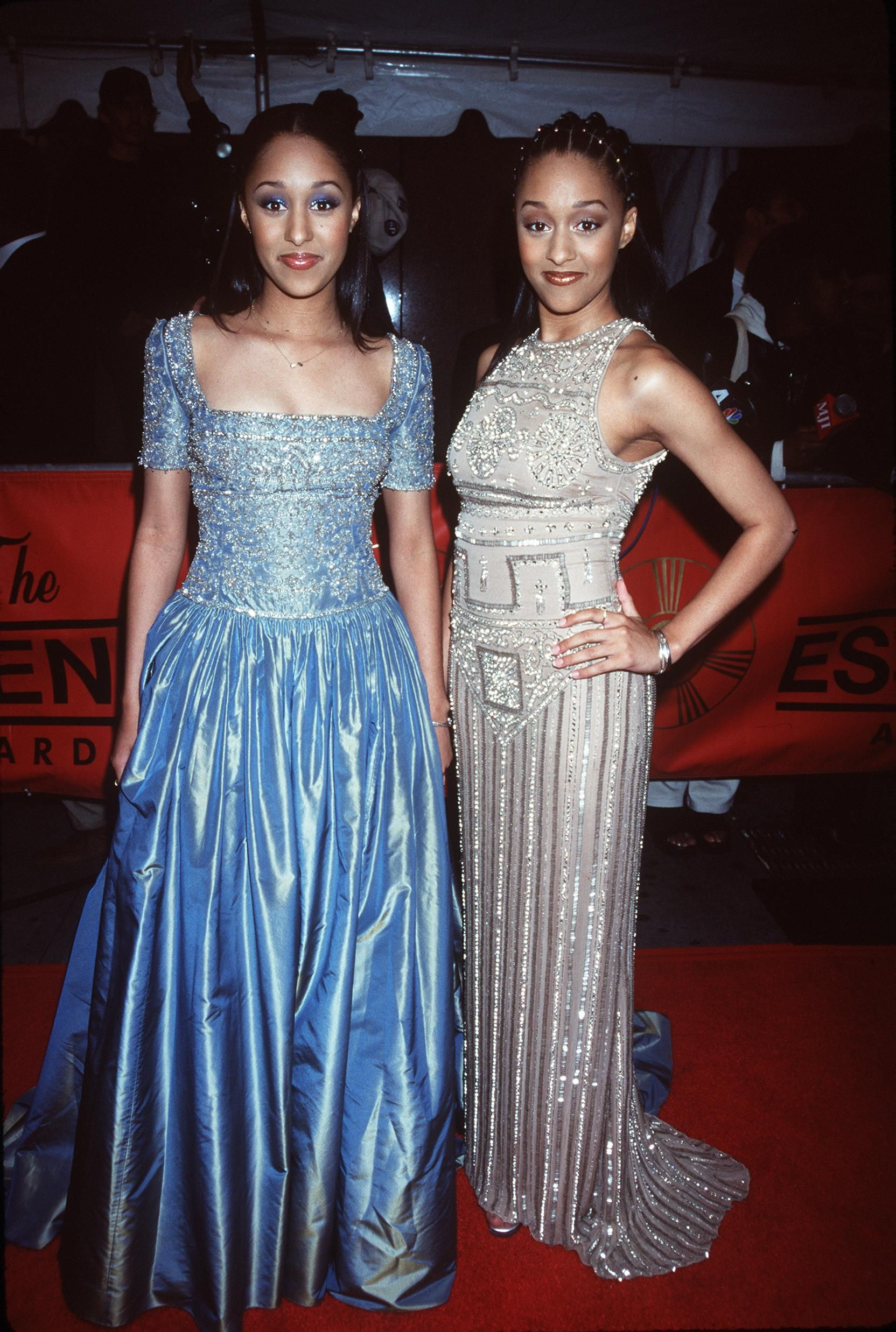 Tia and Tamera Mowry at Essence Magazine's tribute to Lauryn Hill, Kirk Farnklin and others at the 1999 Essence Awards. | Photo: Getty Images