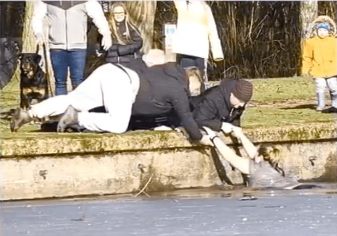 Spaziergänger ziehen Frau aus eisigem See - Quelle: YouTube/World Entertainment