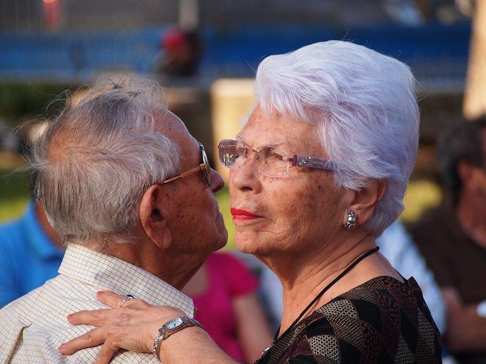 Un couple âgé qui danse. | Photo : Pixabay