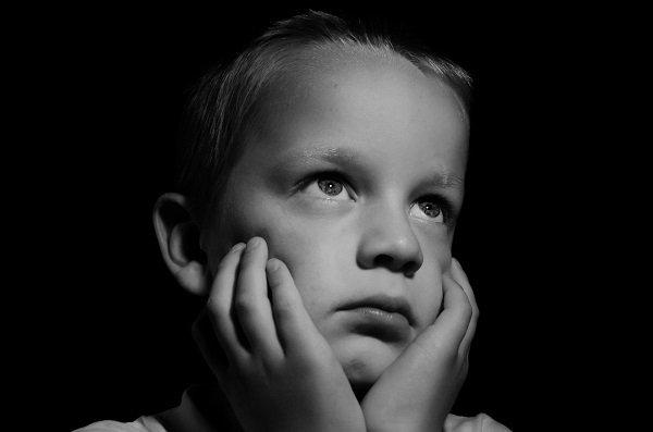 Niño con mirada perdida-Imagen tomada de Pxhere