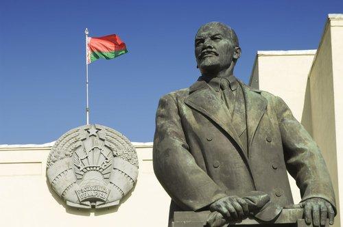 Escultura de Lenin y bandera bielorrusa en Minsk. | Fuente: Shutterstock