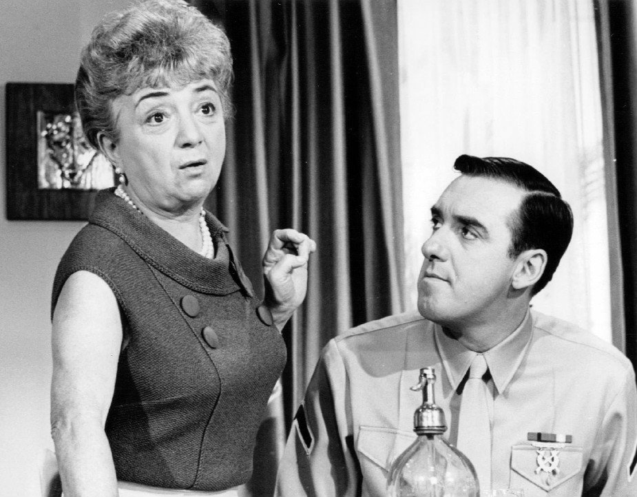 Publicity photo of guest star Molly Picon and Jim Nabors from the television program Gomer Pyle USMC. | Source: Wikimedia Commons