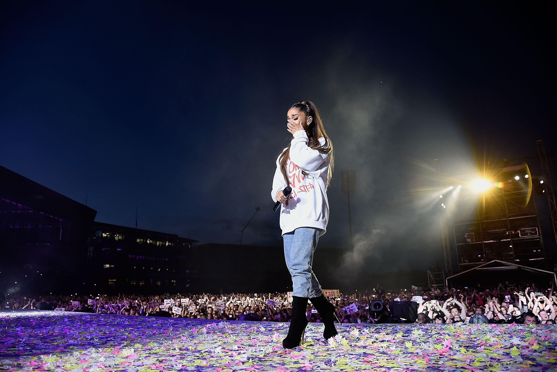 Ariana Grande émue sur scène. l Source : Getty Images