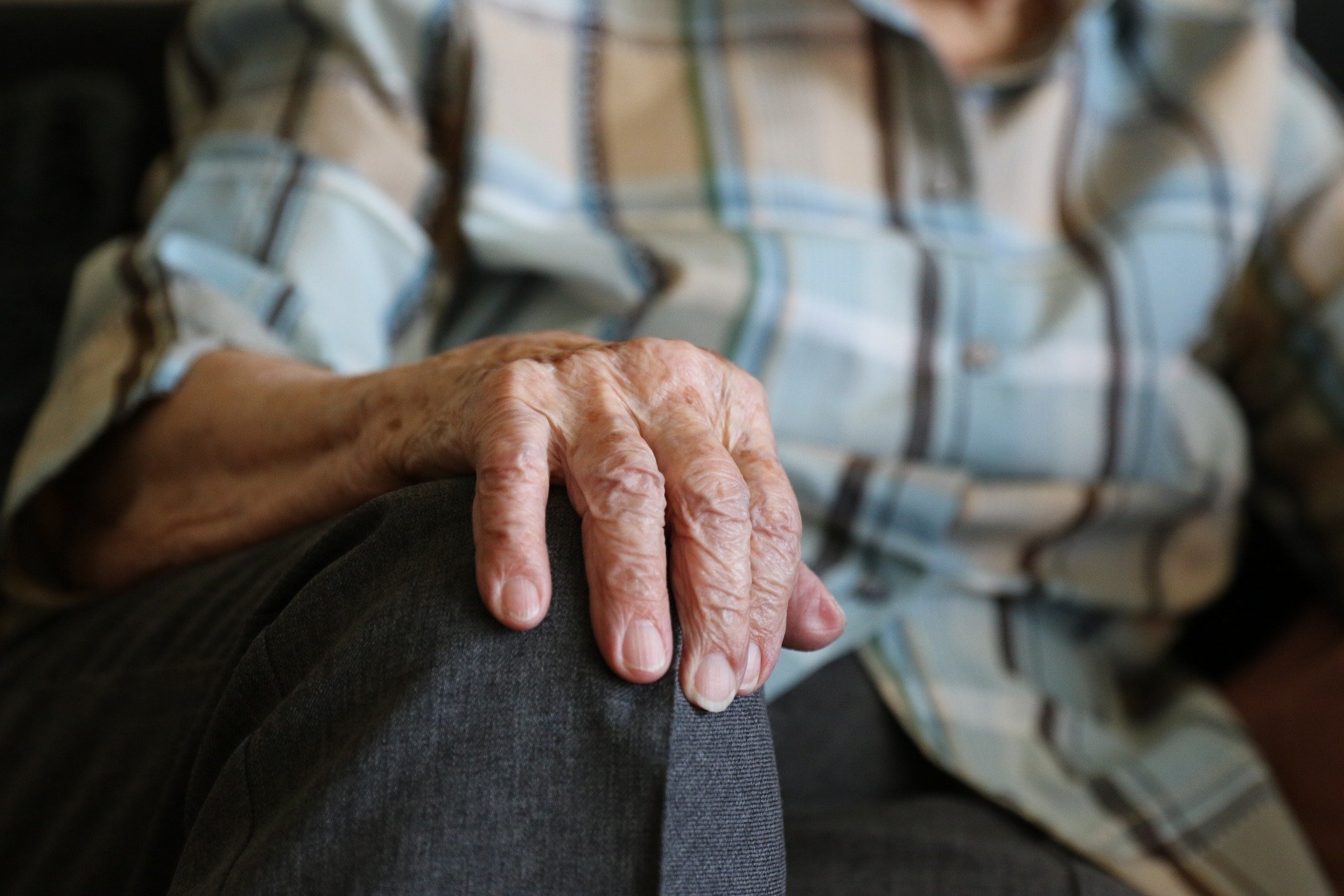 Old lady's hand on her knee. | Source: Bernd Schray/Pixabay