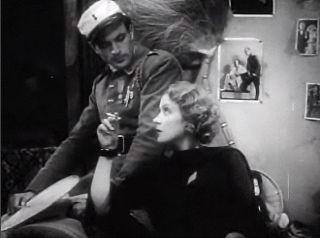 """Marlene Dietrich dans """"Morocco"""" en compagnie de Gary Cooper. l Source : Wikimedia Commons"""