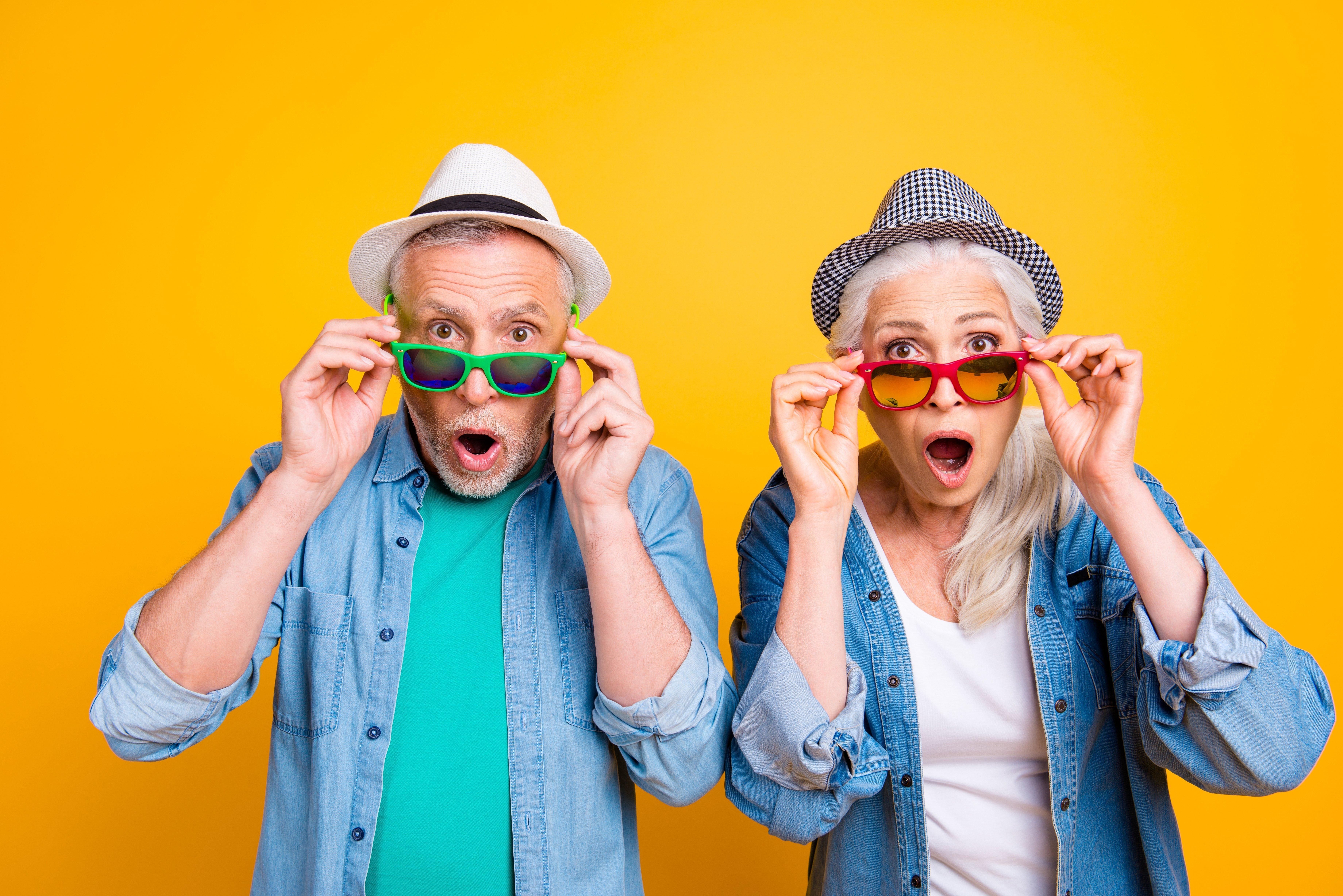 Ehepaar mit Sonnenbrillen | Quelle: Shutterstock