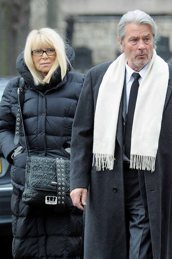 Mireille Darc  et Alain Delon   le 14 janvier 2009 à Paris, France | Photo : Getty Images