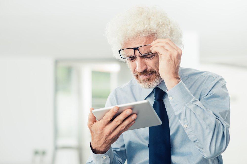 Hombre mayor con problemas de la vista. Fuente: Shutterstock