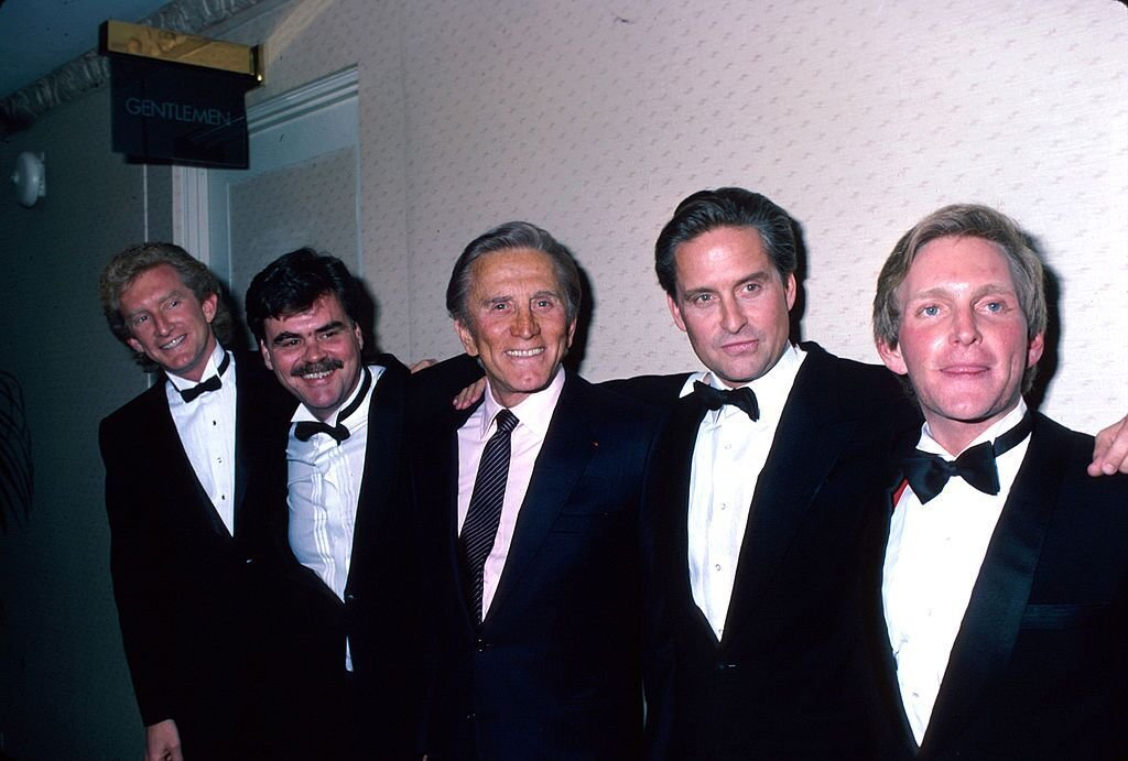 Kirk Douglas, center, poses with his four sons during a gala evening at the Majestic Theatre in Manhattan where he was honored by the American Academy of Dramatic Arts; sons, left to right Peter, Joel, Michael, Eric. | Photo: Getty Images
