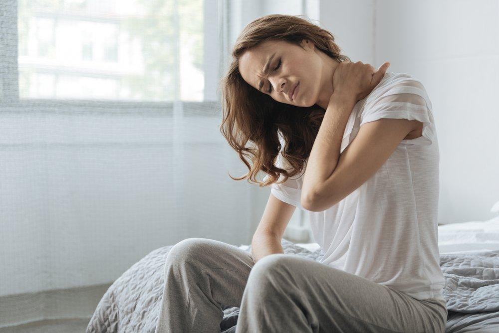 Mujer con dolor de cuello. Fuente: Shutterstock