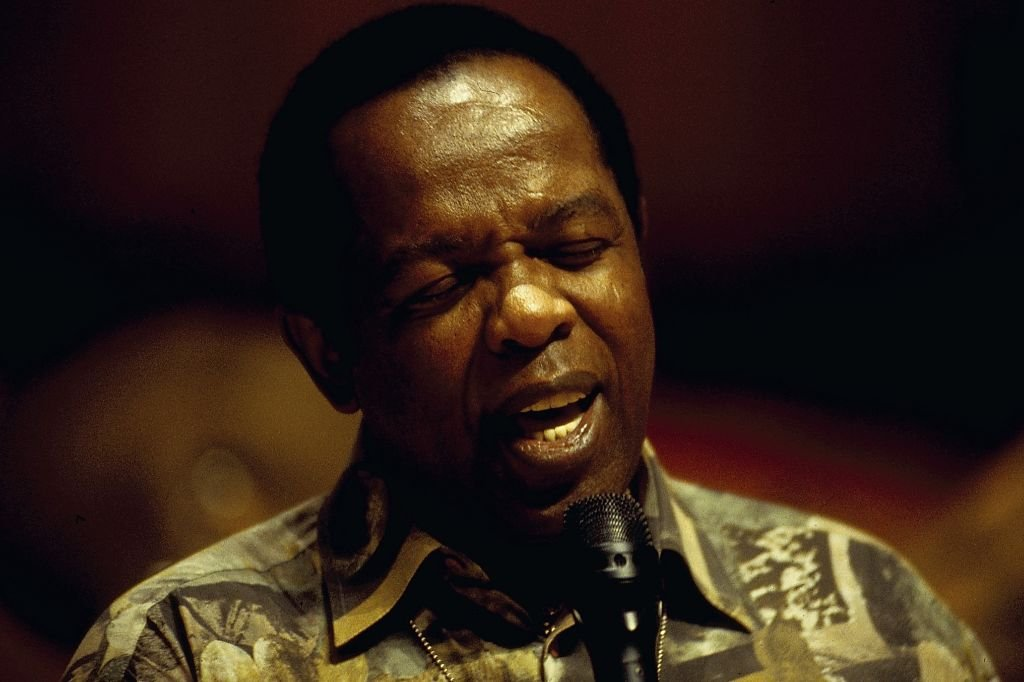 American singer Lou Rawls performing on stage, circa 1994. | Photo: Getty Images