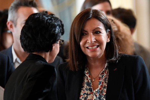 Anne Hidalgo est accueillie par Rachida Dati.| Photo : Getty Images