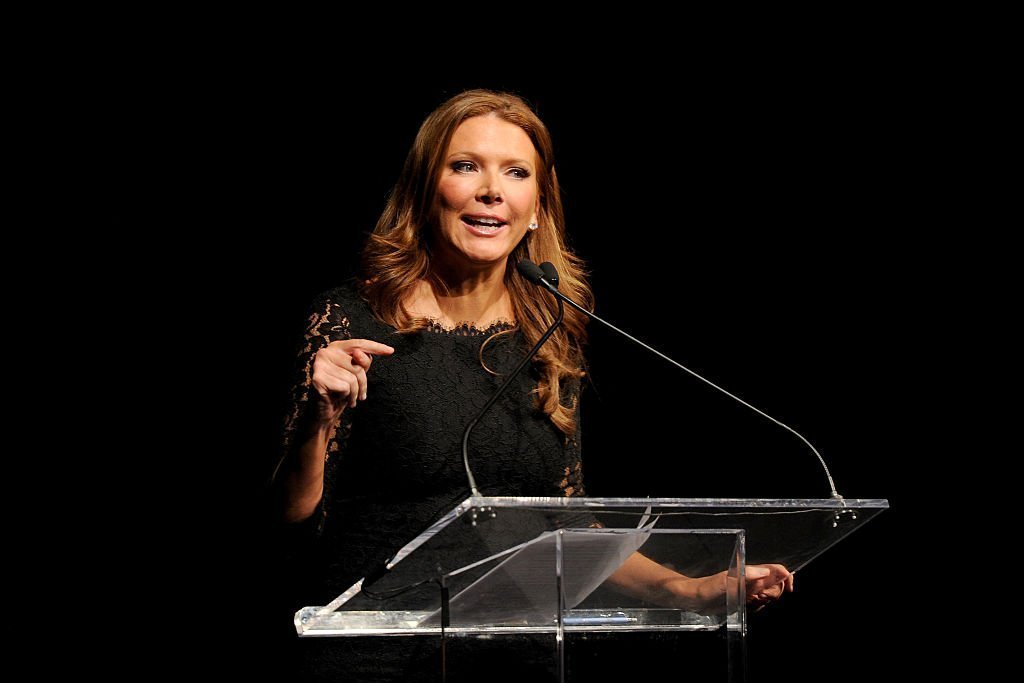 Trish Regan prend la parole sur scène lors de la cérémonie nationale de la Jefferson Awards Foundation 2016 NYC, le 2 mars 2016, au Gotham Hall. | Photo : Getty Images