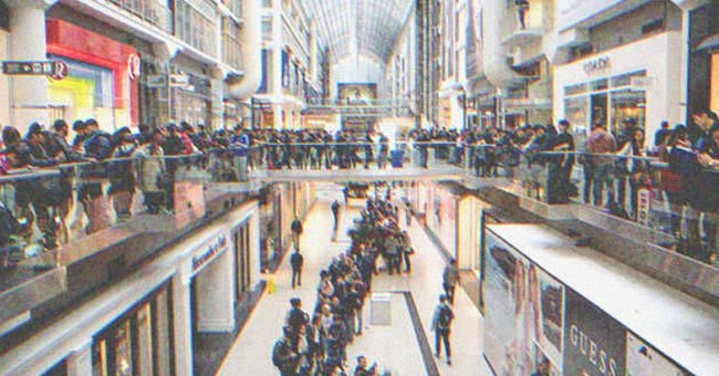 Huge line at the mall | Source: Shutterstock