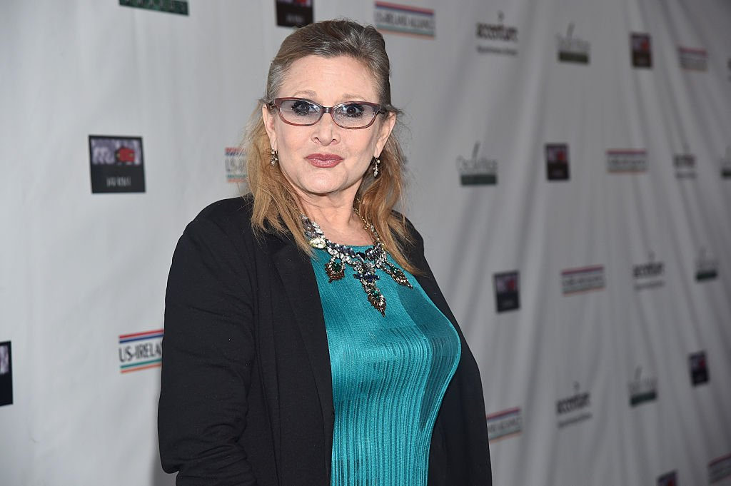 The late Carrie Fisher at the US-Ireland Aliiance's Oscar Wilde Awards event at J.J. Abrams' Bad Robot on February 19, 2015 | Photo: Getty Images