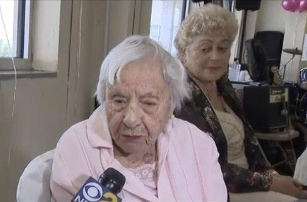 Les amis de Louise Signore sont surpris par toute l'énergie qui lui permet de garder ses 107 ans.   Photo: YouTube / CBS New York