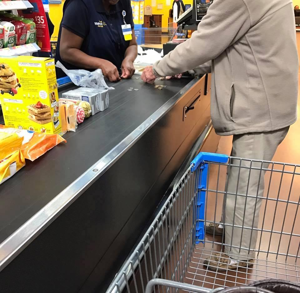 Une caissière aidant un vieil homme à compter des pièces. | Photo : Love What Matters/Facebook