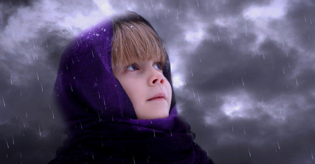 Niño bajo clima frío. | Imagen: PxHere