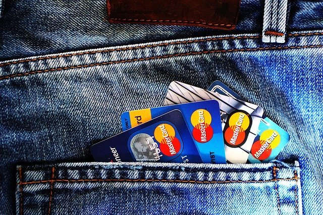 Bank cards in a pocket | Source: Pixabay