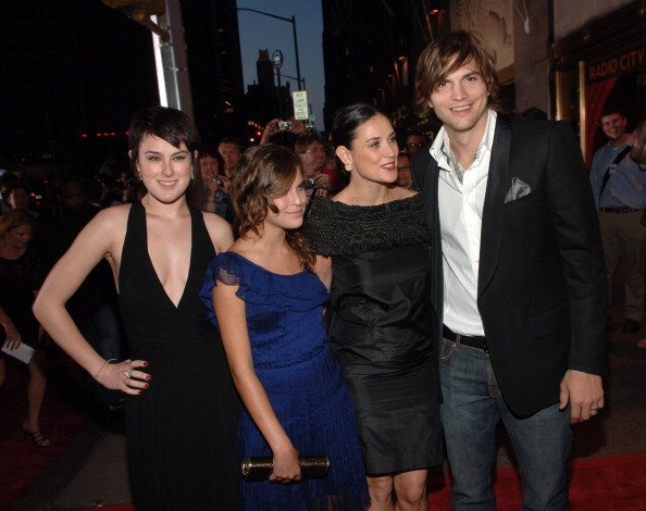 Demi Moore  with daughters Rumer Willis and Tallulah Belle Willis, and Ashton Kutcher at an event | Photo: Getty Images
