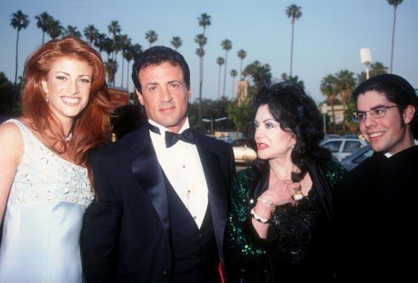 Sylvester Stallone, Angie Everhart, Jaqueline y Sage en los primeros premios anuales Blockbuster Entertainment Awards el 3 de junio de 1995 en Los Ángeles, CA | Fuente: Getty Images