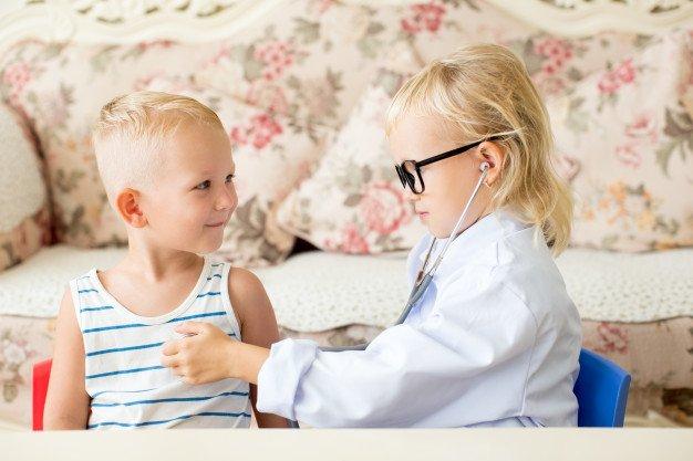Niños jugando al doctor.  Imagen: Freepik