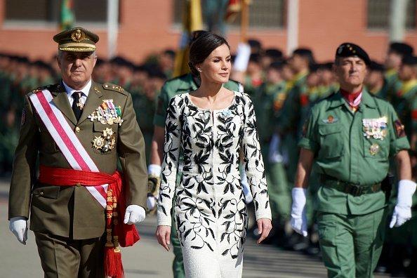 La reina Letizia asiste a la ceremonia de entrega de la Bandera Nacional a los paracaidistas del Regimiento de Caballería de Infantería 'Nápoles' Número 4 el 23 de febrero de 2019 en Paracuellos de Jarama, España. Fuente: Getty Images