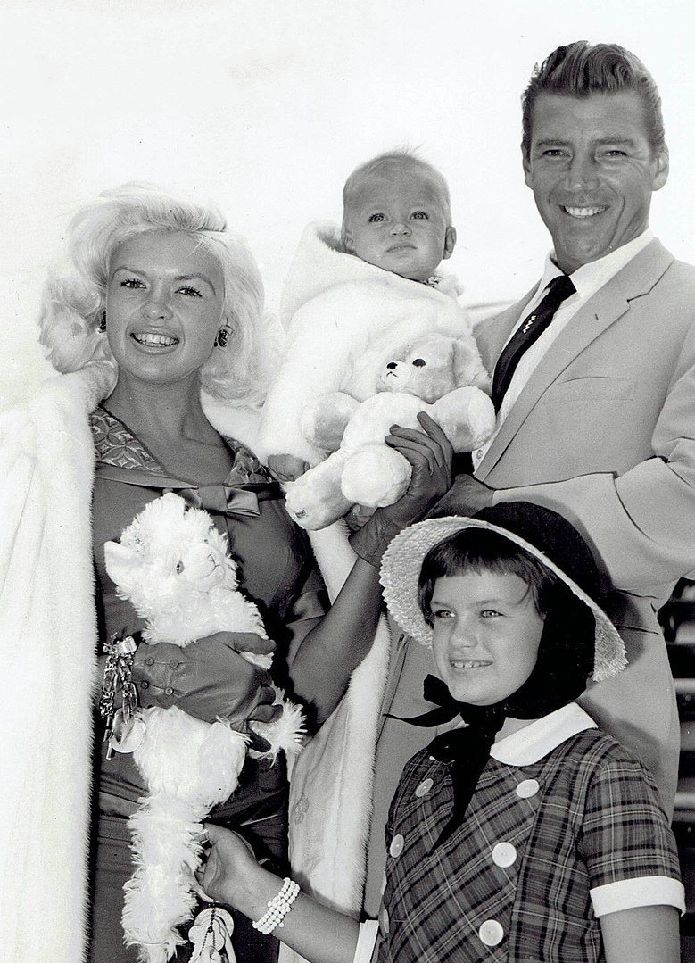 Jayne Mansfield, Mickey Hargitay, and their children in London in 1959 | Source: Wikimedia Commons
