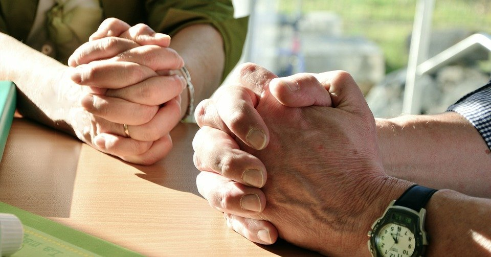 Personas rezando. | Foto: Pixabay