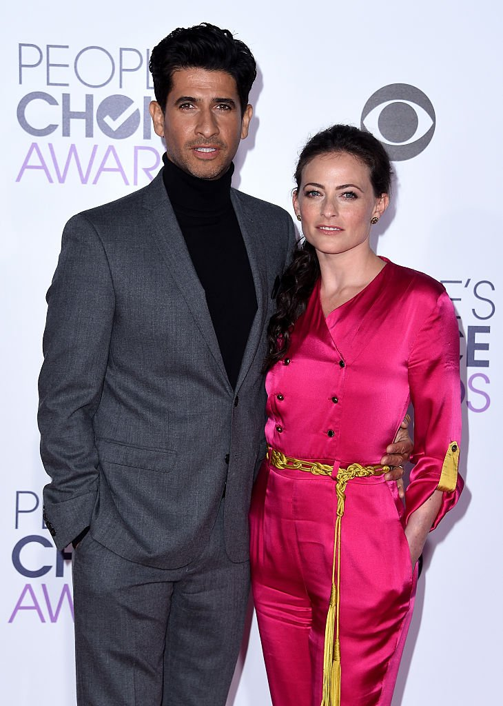 Raza Jaffrey and Lara Pulver attend the People's Choice Awards 2016 at Microsoft Theater on January 6, 2016 in Los Angeles, California.  | Photo: GettyImages