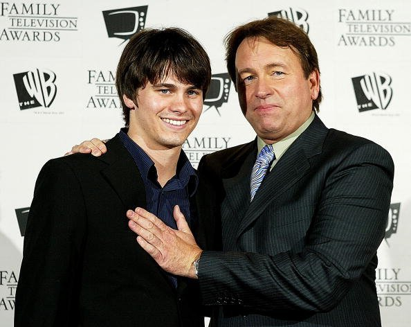 "John Ritter and Jason Ritter pose after winning an award for ""8 Simple Rules For Dating My Daughter"" in the best comedy category ""5th Annual Family Television Awards"" at the Beverly Hilton Hotel August 14, 2003, in Los Angeles. 