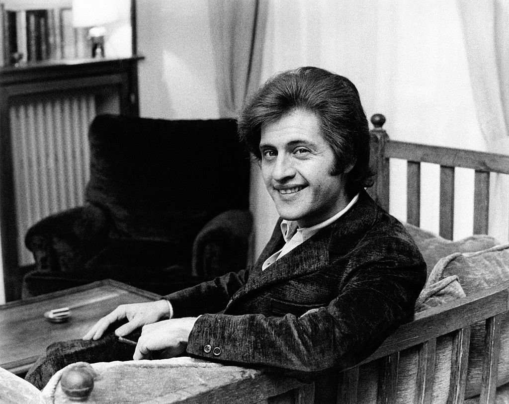 Portrait du chanteur français d'origine américaine Joe Dassin, souriant. Paris, années 1970. | Photo : Getty Images