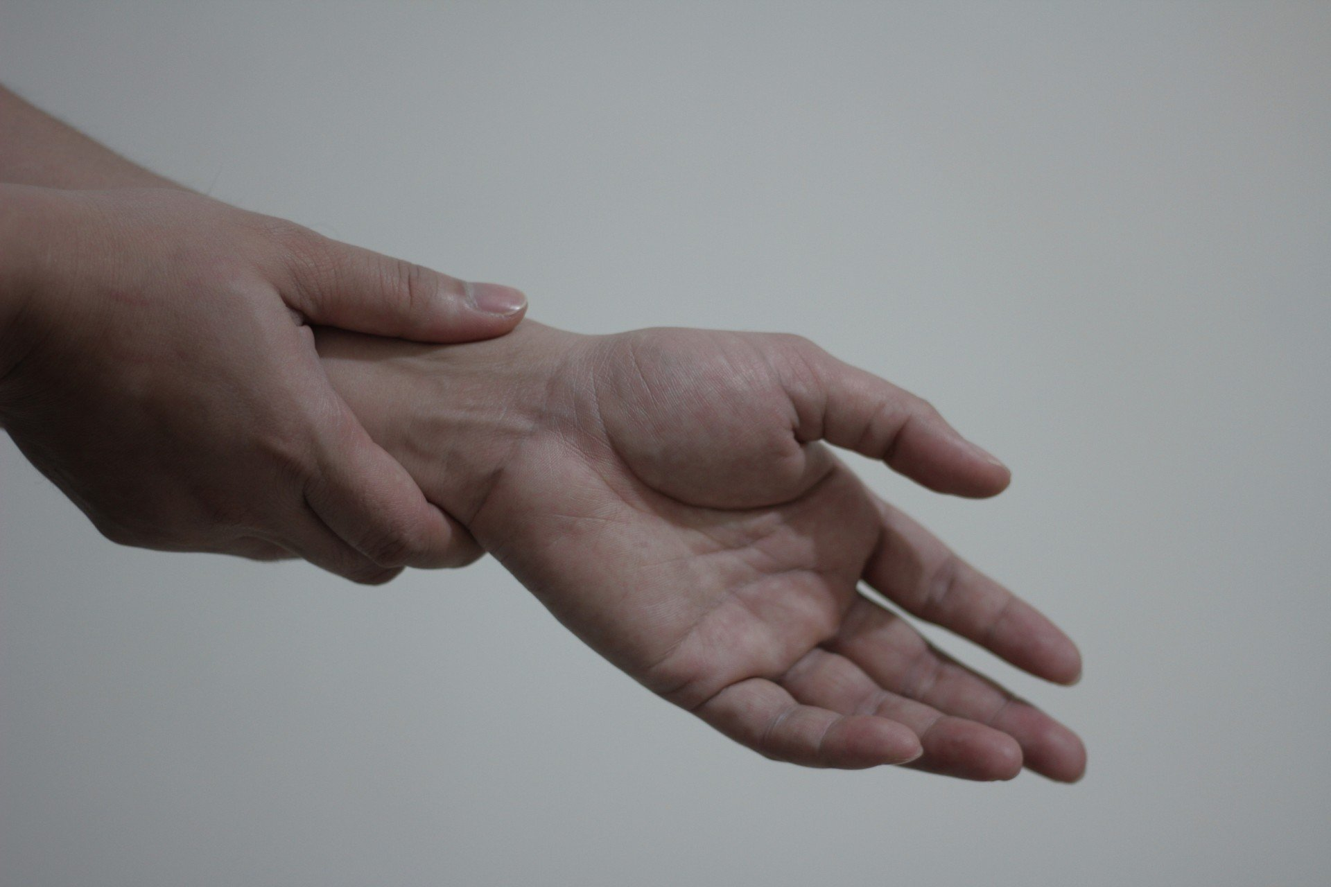 Persona tocándose la muñeca | Imagen tomada de: Public Domain Pictures