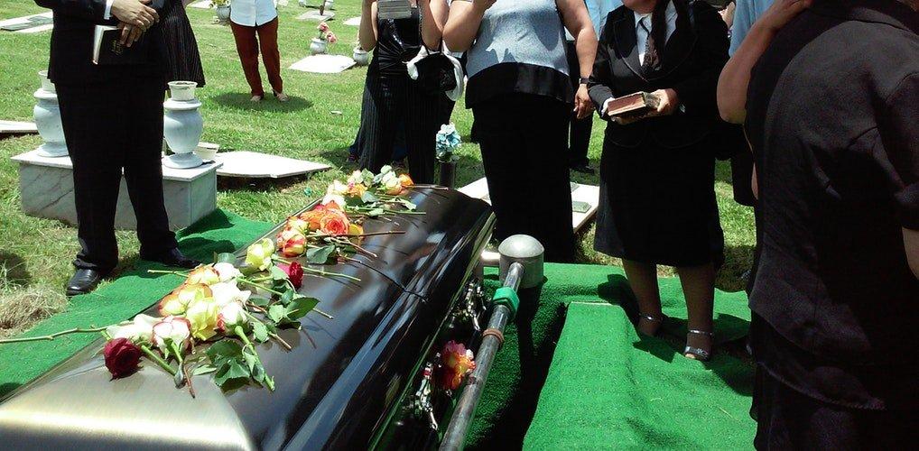 Un cercueil entouré des gens lors d'une funérailles | Photo : Unsplash
